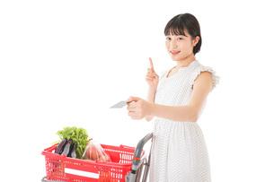 スーパーでキャッシュレス決済をする女性の写真素材 [FYI04719182]