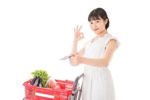 スーパーでキャッシュレス決済をする女性の写真素材 [FYI04719183]