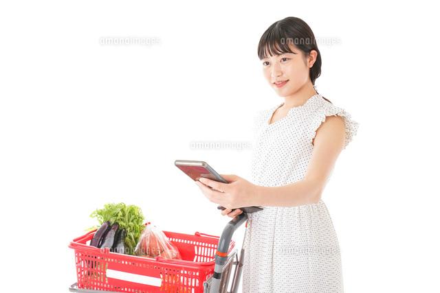 スーパーでキャッシュレス決済をする女性の写真素材 [FYI04719185]