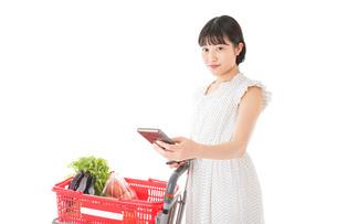 スーパーでキャッシュレス決済をする女性の写真素材 [FYI04719187]