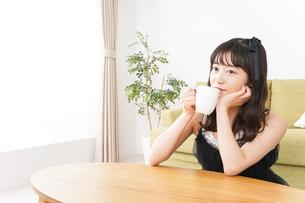 家でコーヒーを飲む女性の写真素材 [FYI04719192]