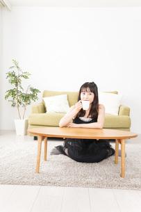 家でコーヒーを飲む女性の写真素材 [FYI04719193]