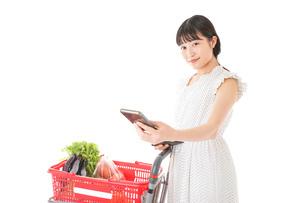 スーパーでキャッシュレス決済をする女性の写真素材 [FYI04719195]