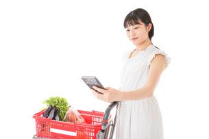 スーパーでキャッシュレス決済をする女性の写真素材 [FYI04719197]