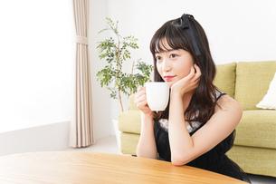 家でコーヒーを飲む女性の写真素材 [FYI04719198]