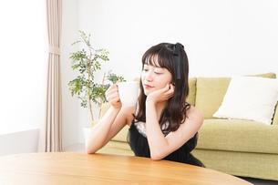 家でコーヒーを飲む女性の写真素材 [FYI04719200]