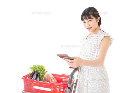スーパーでキャッシュレス決済をする女性の写真素材 [FYI04719202]