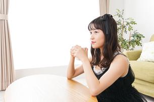 家でコーヒーを飲む女性の写真素材 [FYI04719210]