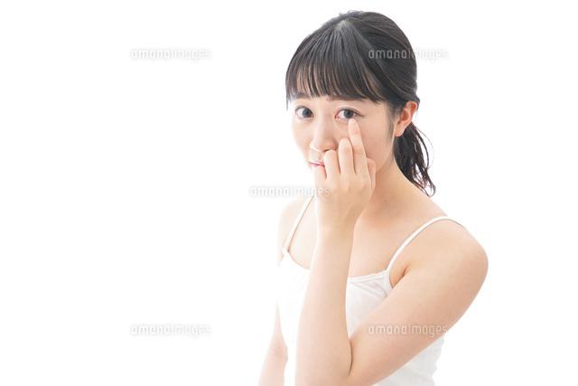 コンタクトレンズを装着する若い女性の写真素材 [FYI04719237]