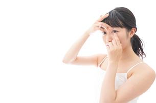 コンタクトレンズを装着する若い女性の写真素材 [FYI04719241]