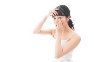 コンタクトレンズを装着する若い女性の写真素材 [FYI04719243]