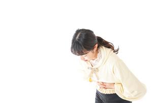 腹痛に苦しむ若い女性の写真素材 [FYI04719265]