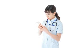 体温の計測をする看護師の写真素材 [FYI04719324]