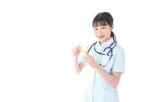 医療機器を使う若い看護師の写真素材 [FYI04719337]