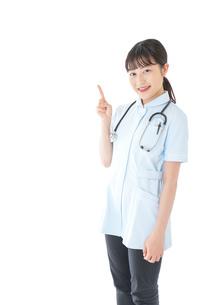 ポイントを指差す若い看護師の写真素材 [FYI04719358]