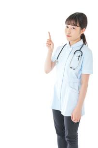 ポイントを指差す若い看護師の写真素材 [FYI04719360]