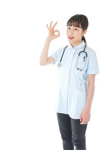 OKサインをする若い看護師の写真素材 [FYI04719383]