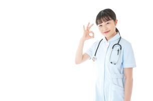 OKサインをする若い看護師の写真素材 [FYI04719384]
