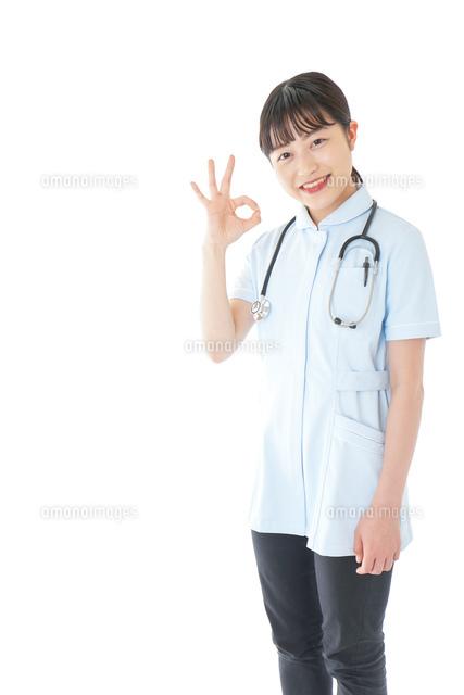 OKサインをする若い看護師の写真素材 [FYI04719385]