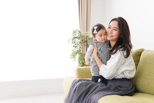 家でリラックスをするお母さんと赤ちゃんの写真素材 [FYI04719407]