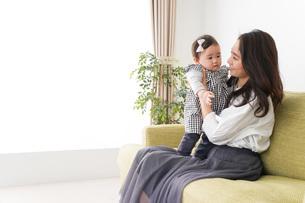 家でリラックスをするお母さんと赤ちゃんの写真素材 [FYI04719408]