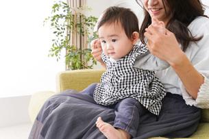家でリラックスをするお母さんと赤ちゃんの写真素材 [FYI04719409]