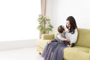 家でリラックスをするお母さんと赤ちゃんの写真素材 [FYI04719410]