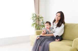 家でリラックスをするお母さんと赤ちゃんの写真素材 [FYI04719411]