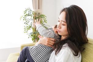家でリラックスをするお母さんと赤ちゃんの写真素材 [FYI04719412]