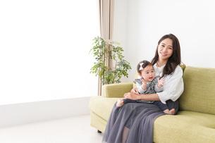 家でリラックスをするお母さんと赤ちゃんの写真素材 [FYI04719413]