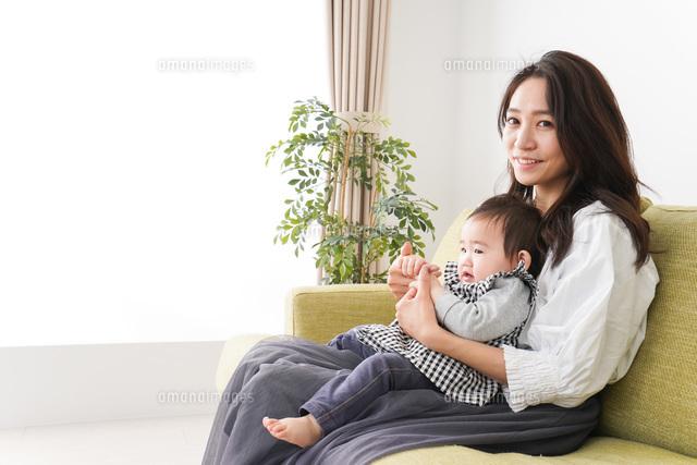 家でリラックスをするお母さんと赤ちゃんの写真素材 [FYI04719416]