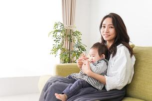 家でリラックスをするお母さんと赤ちゃんの写真素材 [FYI04719417]