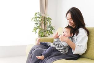 家でリラックスをするお母さんと赤ちゃんの写真素材 [FYI04719418]