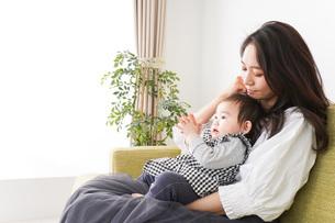 家でリラックスをするお母さんと赤ちゃんの写真素材 [FYI04719419]