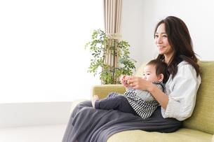 家でリラックスをするお母さんと赤ちゃんの写真素材 [FYI04719420]