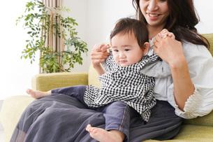 家でリラックスをするお母さんと赤ちゃんの写真素材 [FYI04719427]