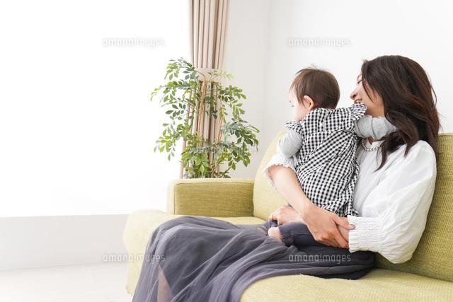 家でリラックスをするお母さんと赤ちゃんの写真素材 [FYI04719428]