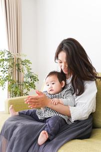 家でリラックスをするお母さんと赤ちゃんの写真素材 [FYI04719430]