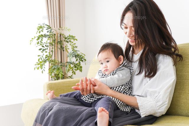 家でリラックスをするお母さんと赤ちゃんの写真素材 [FYI04719431]