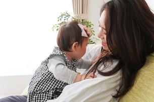 家でリラックスをするお母さんと赤ちゃんの写真素材 [FYI04719439]