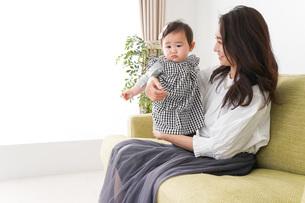 家でリラックスをするお母さんと赤ちゃんの写真素材 [FYI04719442]