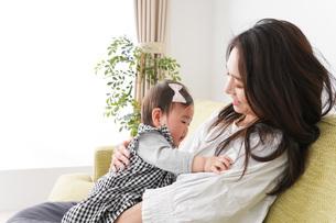 家でリラックスをするお母さんと赤ちゃんの写真素材 [FYI04719444]
