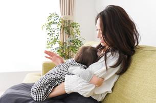 家でリラックスをするお母さんと赤ちゃんの写真素材 [FYI04719451]