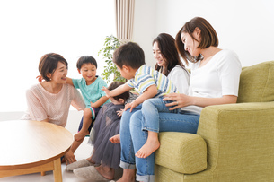 室内で楽しく遊ぶ子供とお母さんの写真素材 [FYI04719452]