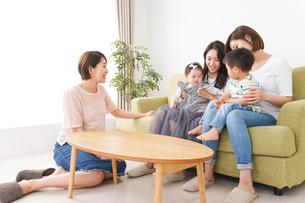 室内で楽しく遊ぶ子供とお母さんの写真素材 [FYI04719457]