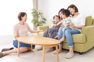 室内で楽しく遊ぶ子供とお母さんの写真素材 [FYI04719472]