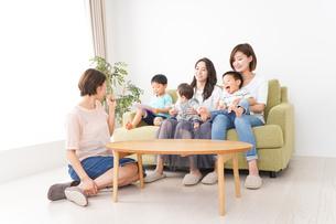 室内で楽しく遊ぶ子供とお母さんの写真素材 [FYI04719477]