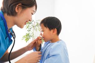 子どもを診察する若い看護師の写真素材 [FYI04719512]