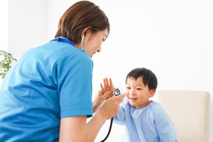 子どもを診察する若い看護師の写真素材 [FYI04719513]