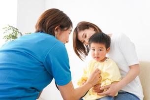 子供の診察をする小児科クリニックの写真素材 [FYI04719518]